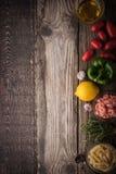 Grönsak med smaktillsats, räkor och pasta på trätabelllodlinjen Royaltyfria Bilder