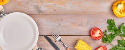 Grönsak- och kryddatappningborderand kritiserar plattan för din tex Arkivfoto
