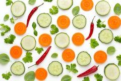 Grönsak och kryddor som isoleras på vit bakgrund, bästa sikt Abstrakt sammansättning för tapet av grönsaker arkivfoton