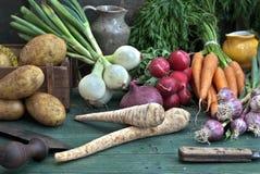 Grönsak på träskrivbordet Arkivbilder