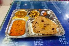 Grönsak Thali i en eatery av den Varanasi föreningspunktjärnvägsstationen, Ind arkivbilder