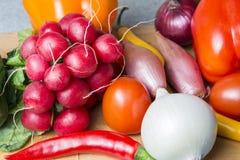 Grönsakblandning på kökbrädet Vegetarisk mat royaltyfri foto