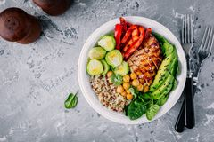 Grönsakbunkelunch med grillad höna och quinoa, spenat, avokado, brussels groddar, paprika och kikärt Royaltyfri Fotografi