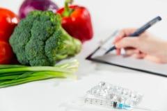 Grönsaken bantar näring eller medikamentbegrepp Royaltyfria Bilder