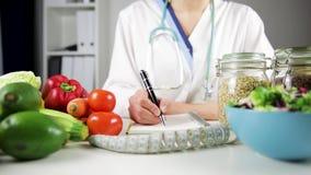 Grönsaken bantar näring och läkarbehandlingbegrepp Näringsfysiolog av arkivfilmer