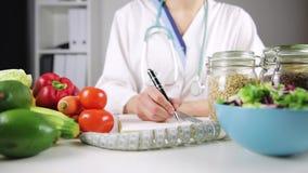 Grönsaken bantar näring och läkarbehandlingbegrepp Näringsfysiolog av lager videofilmer