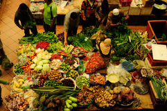 Grönsaken och blöter marknaden Muslimsk kvinna som säljer nya grönsaker på den Siti Khadijah Market marknaden i Kota Bharu Malays royaltyfria foton