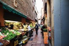 Grönsaken shoppar i bolognaen Arkivbilder