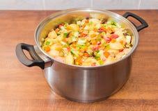 Grönsaker för att laga mat en ratatouille i saucepoten Royaltyfri Fotografi