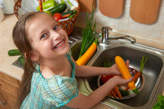 Grönsaker för barnflickatvagning och nya frukter i kökinre, sunt matbegrepp royaltyfria foton