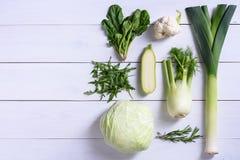 Grönsaker för grön färg på vit bakgrund Detoxen bantar veggies begreppet bantar sunt Sikt för hög vinkel, Arkivfoton