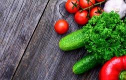 Grönsaker för ny marknad på träbakgrund Arkivbild