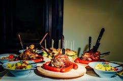 Grönsaker grillat kött, hamburgare royaltyfri bild