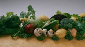Grönsaker - gurka, lök, salladslökar, röda lökar, potatisar, röd kål, broccoli, kålrabbi, champinjoner arkivbilder