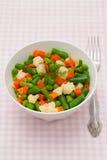 Grönsaker i den vita plattan Royaltyfri Bild