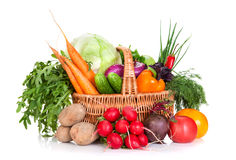 Grönsaker i en korg royaltyfri foto