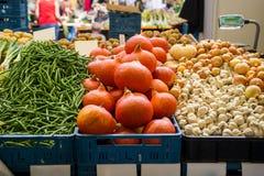 Grönsaker i farmer&en x27; s-stånd Arkivfoto