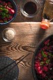 Grönsaker i kines, soya och en bunke på ett trätabellkopieringsutrymme royaltyfri foto
