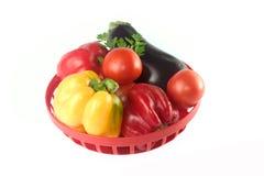 Grönsaker i korg royaltyfri foto