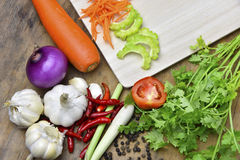 Grönsaker i tabell och sked Arkivbild
