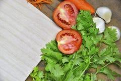 Grönsaker i tabell och sked Arkivbilder