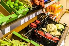 Grönsaker inom av livsmedelsbutik Arkivfoto