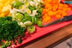 Grönsaker klippte på en skärbräda arkivfoton
