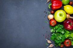 Grönsaker, kryddor och frukter, ingredienser för ny mat royaltyfri fotografi