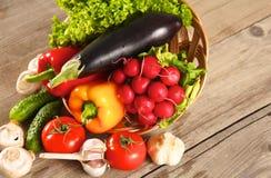 Grönsaker Ny Bio grönsak i en korg Över naturbakgrund arkivfoton
