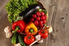Grönsaker Ny Bio grönsak i en korg Över naturbakgrund Arkivfoto