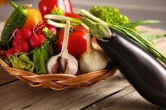 Grönsaker Ny Bio grönsak i en korg Över naturbakgrund Arkivbilder