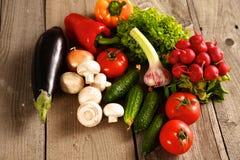 Grönsaker Ny Bio grönsak i en korg Över naturbakgrund royaltyfria bilder