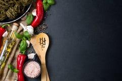 Grönsaker, nya örter, varma kryddor och bohag Arkivfoto