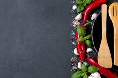Grönsaker, nya örter, varma kryddor och bohag Arkivfoton