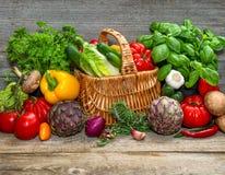 Grönsaker och örter på träbakgrund ingred ny råkost royaltyfria bilder