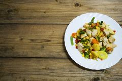 Grönsaker och fegt bröst på trätabellen fotografering för bildbyråer