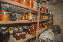 Grönsaker och frukt i källaren med mat, för lagring på länge royaltyfri foto