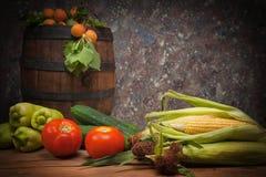Grönsaker och frukt med en trätrumma Royaltyfri Fotografi