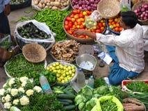 Grönsaker och frukt som är till salu i en indisk marknad från över royaltyfri foto