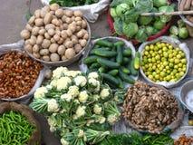 Grönsaker och frukt som är till salu i en indisk marknad från över arkivbild