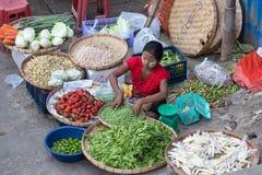 Grönsaker och frukter för Burman kvinnaförsäljning på gatamaten marknadsför i Yangon, Myanmar Arkivbild