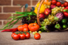 Grönsaker och frukter i den vide- korgen Royaltyfria Bilder