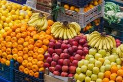 Grönsaker och frukter i matstall av den turkiska basaren Arkivfoto