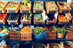 Grönsaker och frukter i vide- korgar i greengrocery Fotografering för Bildbyråer