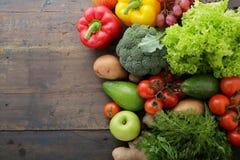 Grönsaker och frukter på bräden med utrymme för text Arkivbild
