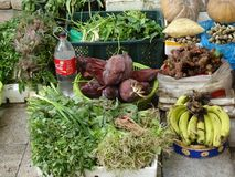 Grönsaker och frukter på marknad i Phnom Penh - huvudstad av Cambodja royaltyfri bild
