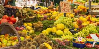 Grönsaker och frukter på marknaden, Italien Royaltyfri Foto