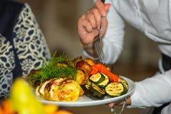 Grönsaker och höna som lagas mat på gallret Arkivbilder