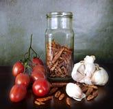 Grönsaker och kryddor på köksbordet Fotografering för Bildbyråer