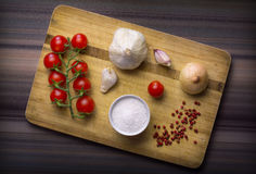 Grönsaker och kryddor på skärbräda royaltyfria bilder